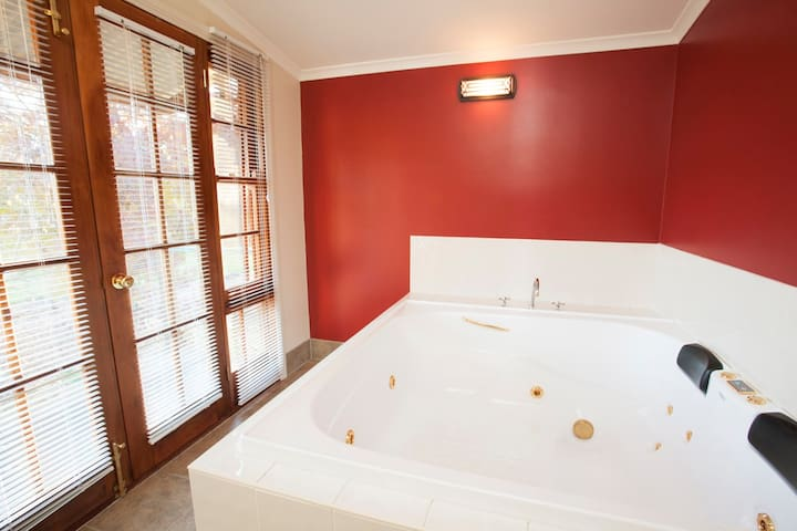 Ingram Cottage - One Bedroom with Double Spa - Beechworth - House