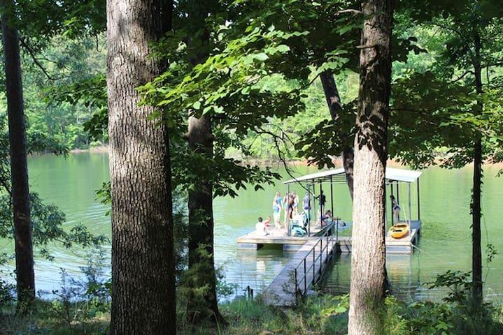 Quiet Lakefront Retreat - Dog Friendly!