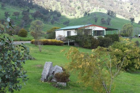 Elm Cottage Tumut -Blue Gum Pet Friendly cottage