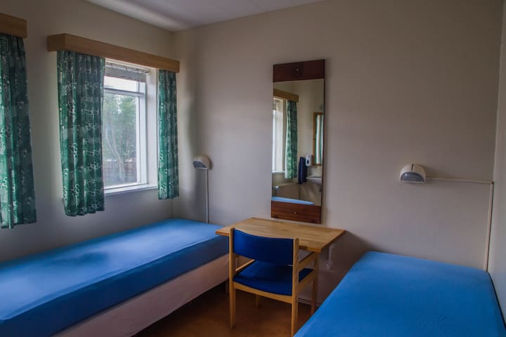 Small, cozy twin room in a quiet neighbourhood
