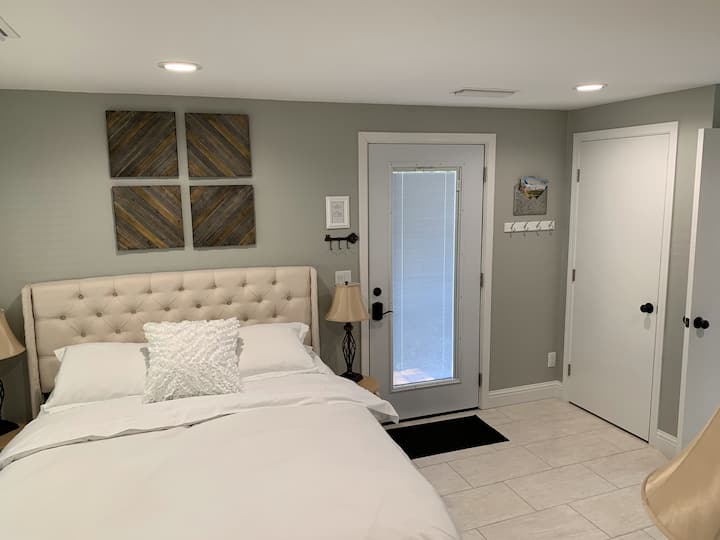 Garden Master Suite w/ Private entrance & bathroom