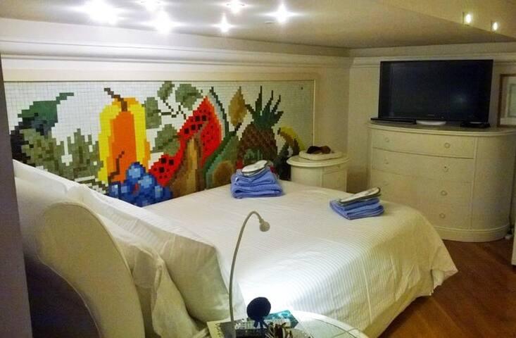 Camera da letto 1 piazza e mezza, più salotto con 2 poltrone per la TV.