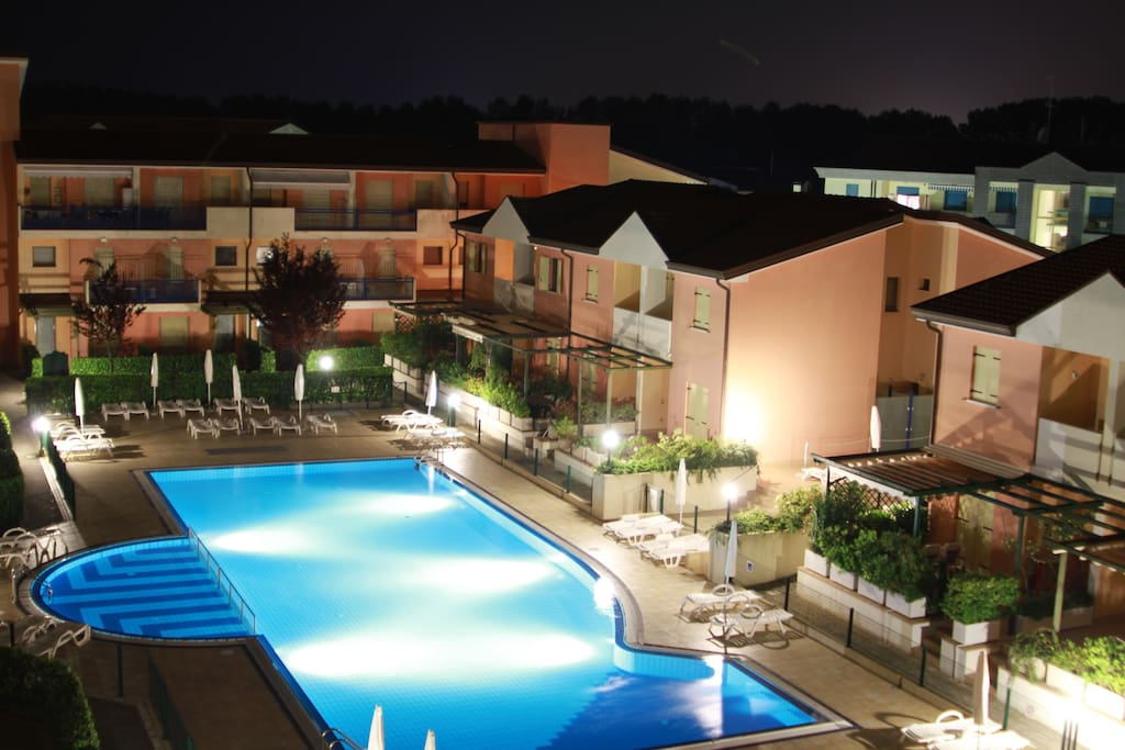 the swiming pool by night ( view from the apartment) - l'area piscina di notte.