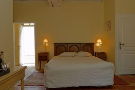 Chambre d'Hôtes:  La Sellerie (RDC) - Bengy-sur-Craon - Bed & Breakfast
