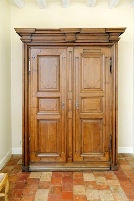 Une armoire qui a traversée le temps est la pour acceuillir vos affaires.