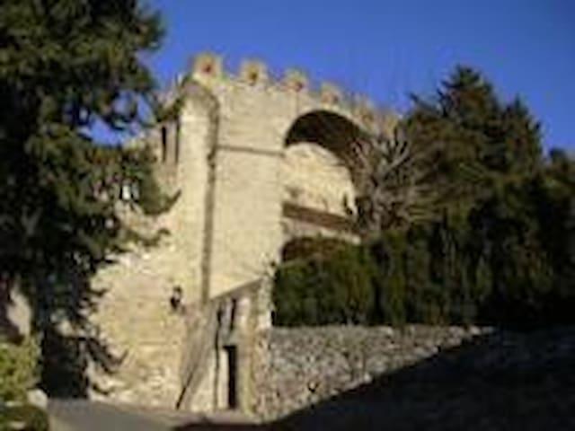 LES ARCADES jusqu'à 21 personnes - Châteauneuf-de-Gadagne - Zamek