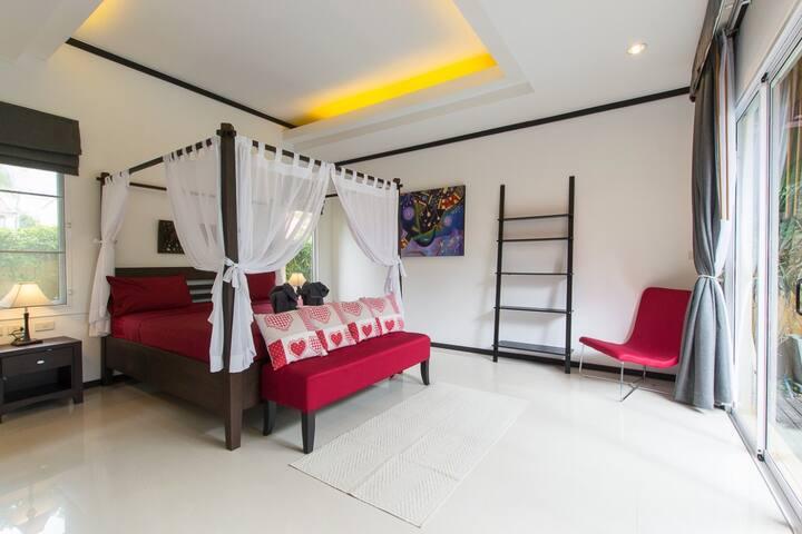 Основная спальная с отдельным выходом и видом на бассейн