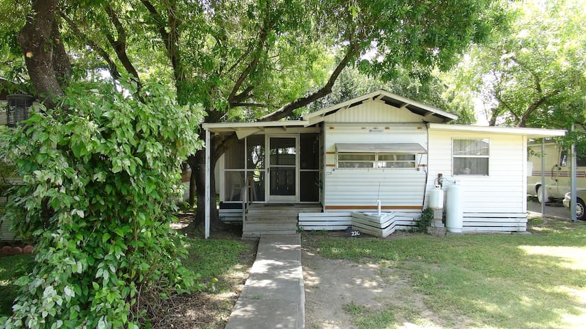 Hideaway 2BR with Screened-in Porch - Mission - Autocaravana