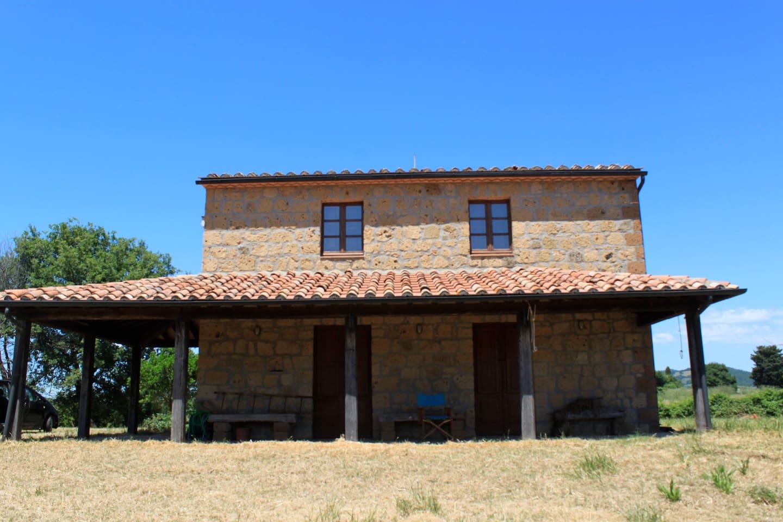 a front view of the house and veranda/vista della casa con la veranda