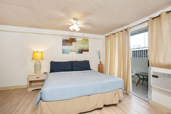 703 Large Studio, KING BED, CLOSE to beach!!