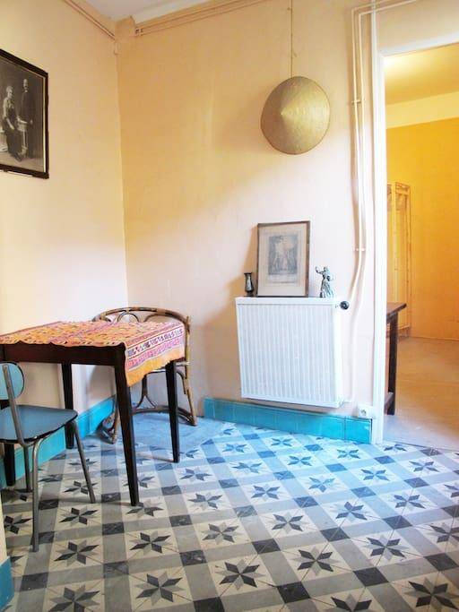 salle à manger qui donne sur la chambre