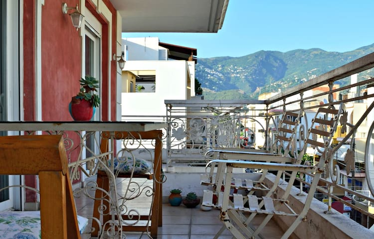 Bright room with balcony - Vólos - Appartement