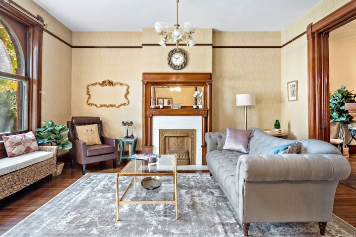 St. Louis Historic  Charm w/ 10 Beds + 3 Full Bath