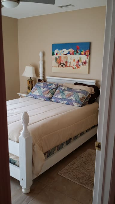 Queen bed/ 2nd Bedroom