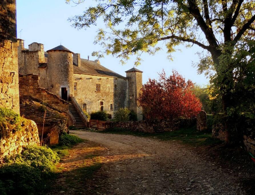 Vue du gîte sur le château familial du XIVième siecle