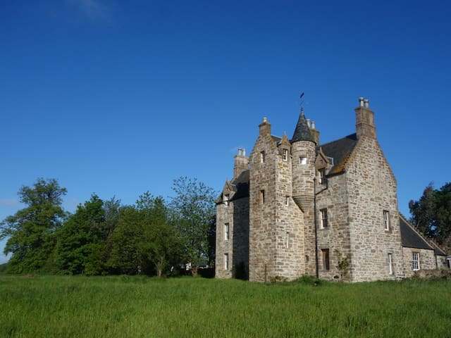 Illieston Castle by Edinburgh Airport - Newbridge - Hrad