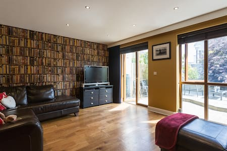 Welcome to our home, which is ideally situated to take in all that the vibrant city of Galway and its stunnnig surroundings have to offer. It is en route to the Wild Atlantic Way and easily accessible to Connemara and the Galway Bay Coast.