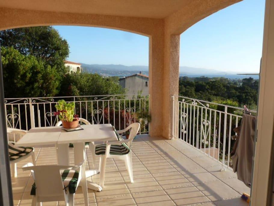 Appartement rez de villa vue mer maisons louer for Location garage ajaccio