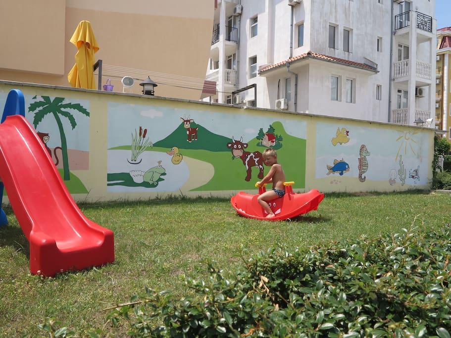 Детская зона на газоне.