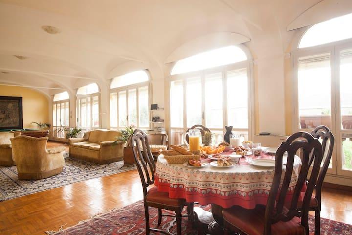 Intero piano di villa d'epoca con parco e piscina