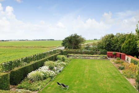 Lugnt läge med stor trädgård - Bjärred