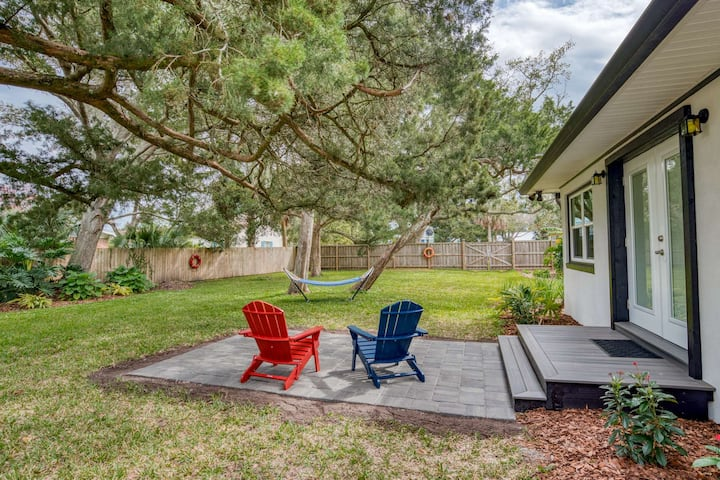 Private Cozy Retreat-Beautiful gardens & lawn fully fenced. Ride bikes .5mi. to town 1.5mi. to beach