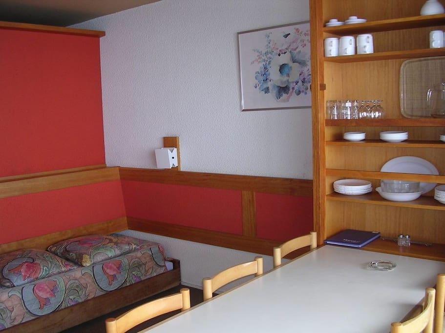 mobilier fonctionnel séparant l'appartement en deux volumes séparés