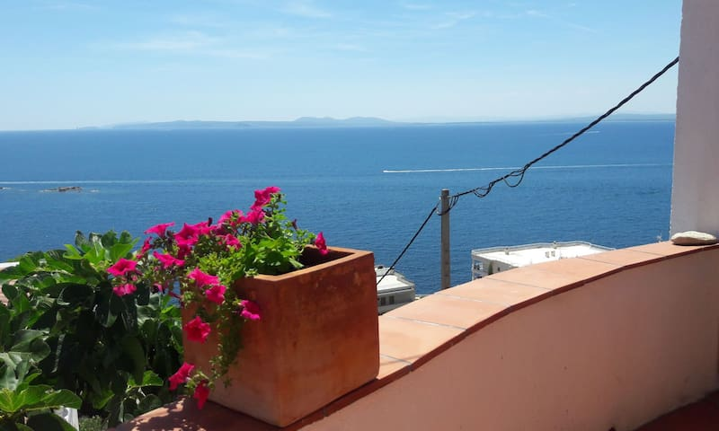 Lovely sea view studio & patio, 5mn from the beach