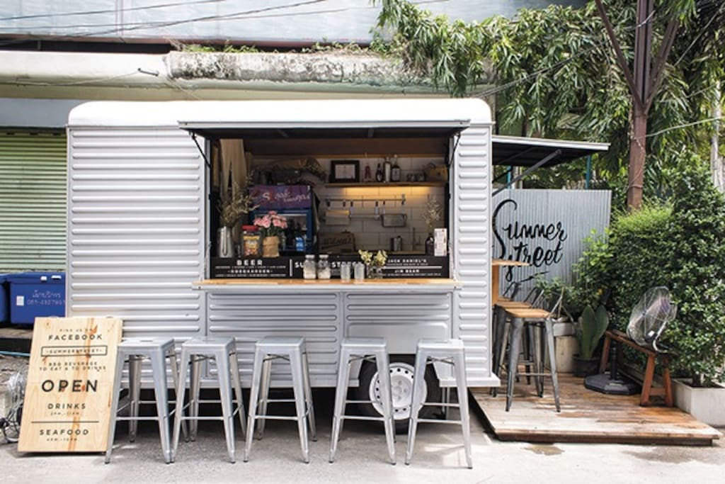 Trendy food trucks in Ari neighborhood