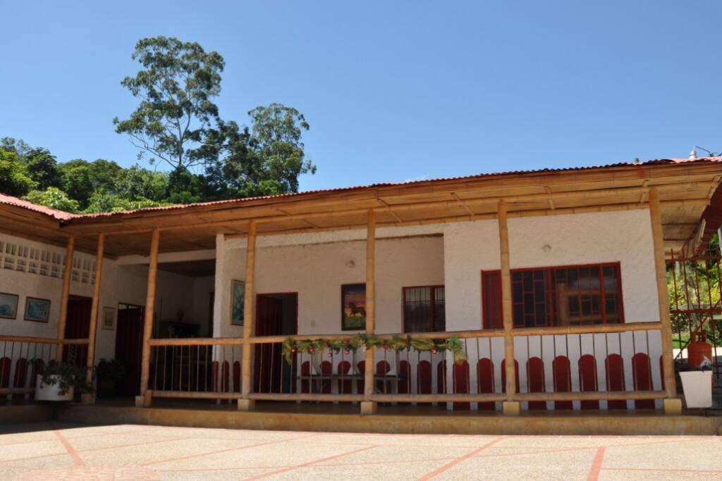 Nuestra casa tiene el encanto típico de la arquitectura antigua de la región cafetera, construida en tapia pisada y bahareque.
