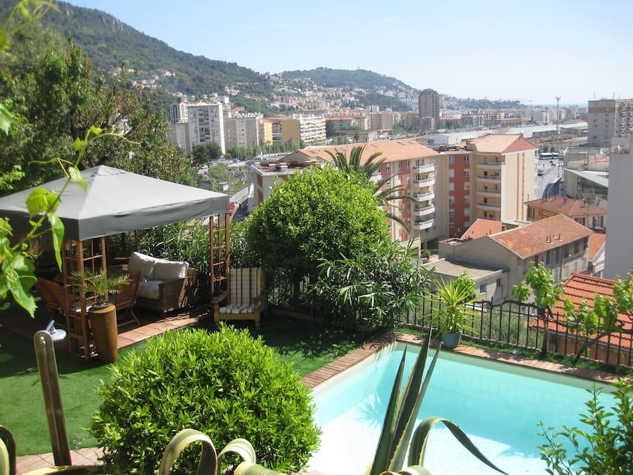 Le jardin et la piscine vue du balcon