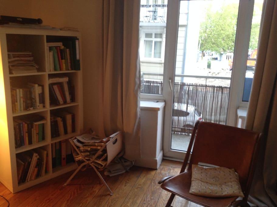 Andere Seite des Wohnzimmers plus Balkon