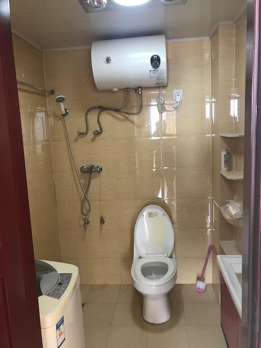 独立卫生间,24小时热水澡,干净卫生,无死角,洗衣机可以自己洗衣服。