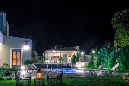 Villa Horizon has sea views & olympic-sized pool - Ρέθυμνο