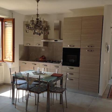 Nuovo appartamento in centro - Fossombrone - Hus