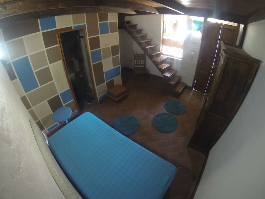 1er Piso de la Habitación en la cual puede encontrar un pequeño nicho con un armario y el baño. (Foto de int a ext)