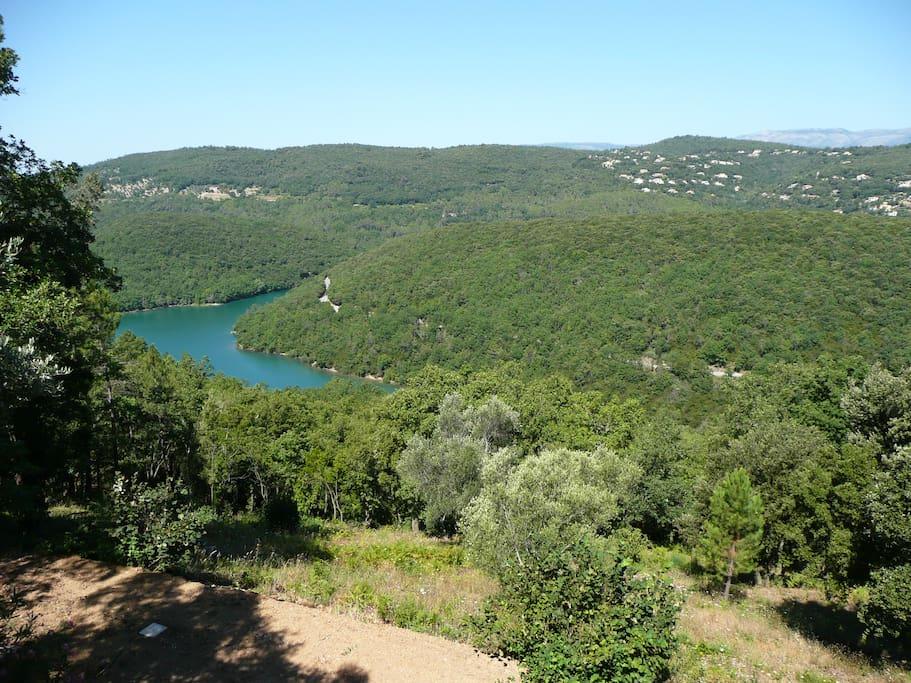 Vue sur le Lac de St Cassien, baignade à 5 minutes en voiture