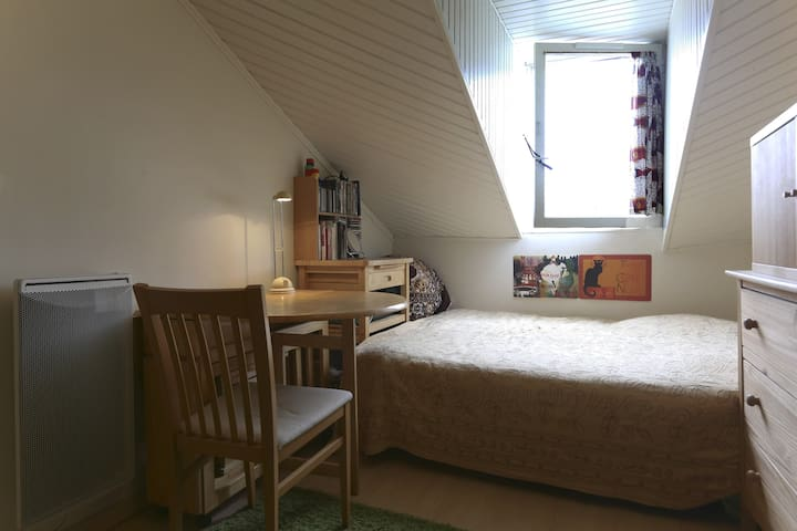 The main room with the double bed.