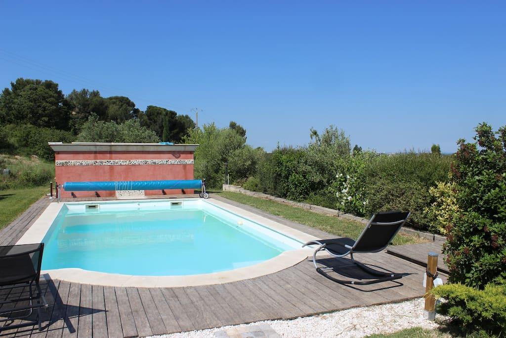 Venez vous détendre dans la piscine... elle se trouve en terrasse au dessus de la maison