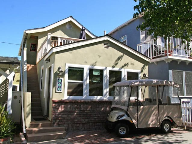 Cozy Upper Level of Duplex, Spacious Sun Deck, WIFI, Fireplace, BBQ - 336 Sumner - Up