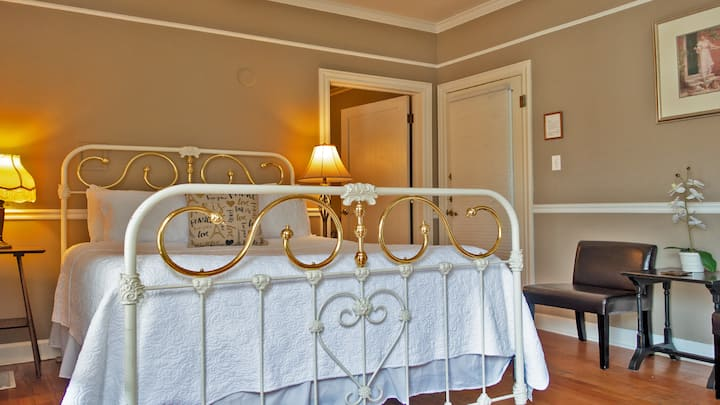 Luxurious Queen Room with Free Wine Tasting and Breakfast a Short Walk to City Center