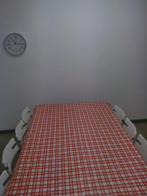 mesa de comer con el balcón para ver la procesión