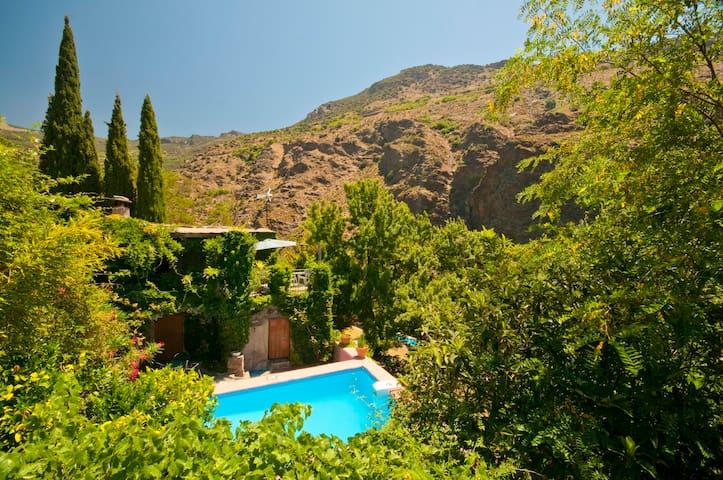 Cortijo y piscina, parque nacional - Pampaneira - Huis