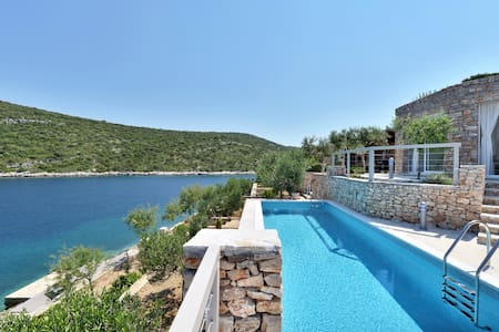 AMAZING BEACH HOUSE - Maslinica