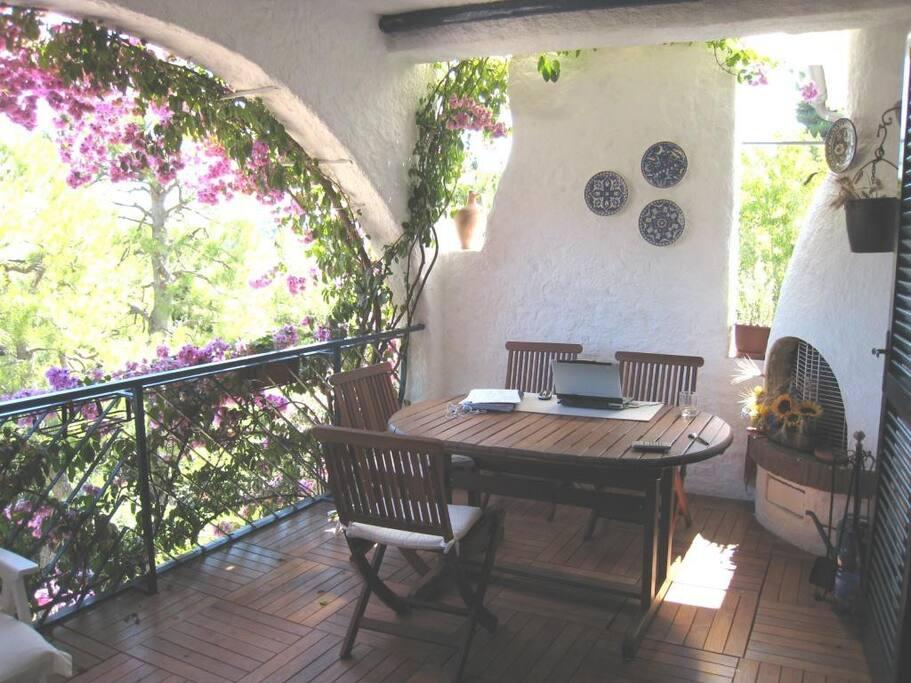 terrazza arredata in teak