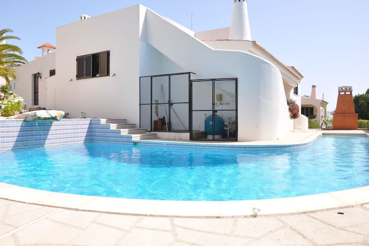 A lovely 3 bedroom Villa with private pool and gardens close to Vilamoura Marina