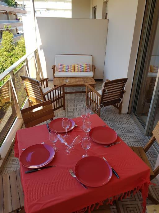 Grande terrasse avec espace détente et  coin repas