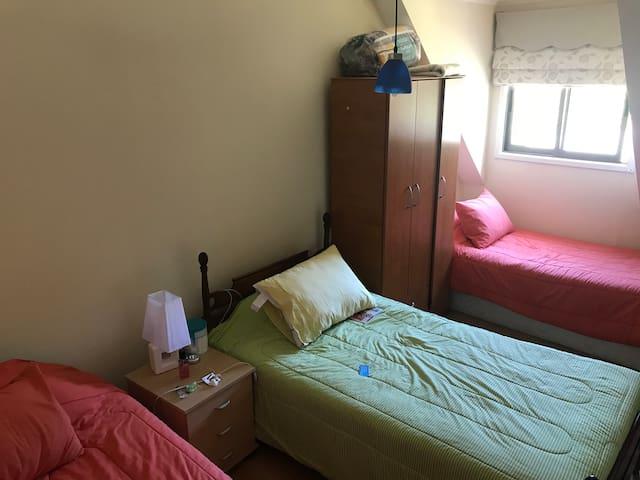 Habitación 3. Segundo piso, tres amplias camas, luz natural y calefacción central