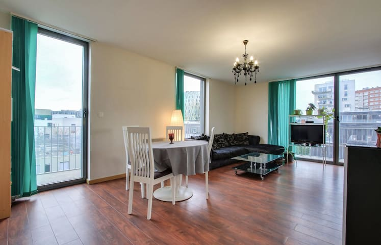 Bright private room with terrace in the City Center – Air Rental