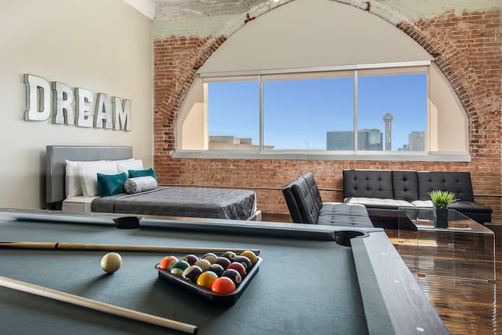 PLAY EAT DREAM Penthouse in the heart of Downtown